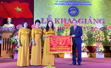 Đồng chí Tạ Văn Long trao cờ thi đua xuất sắc cho tập thể nhà trường