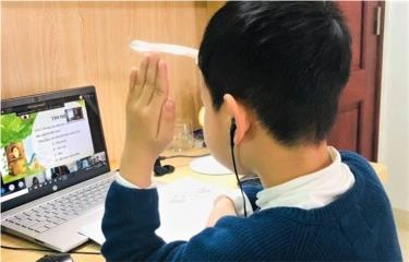Học sinh học trực tuyến qua mobiEdu.
