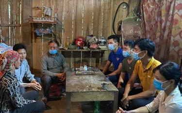 Nhà trường phối hợp với chính quyền địa phương vận động học sinh ra lớp tại xã Lâm Giang, huyện Văn Yên.