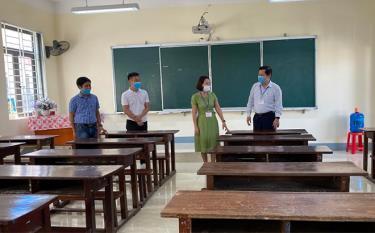Đồng chí Vương Văn Bằng - Giám đốc Sở GD&ĐT, Chủ tịch Hội đồng coi thi kiểm tra cơ sở vật chất phòng thi tại Trường THPT Nguyễn Huệ, thành phố Yên Bái.