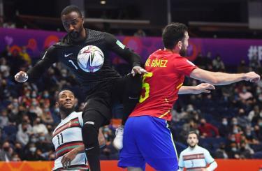 Bồ Đào Nha thi đấu kiên cường, để khiến Tây Ban Nha (áo đỏ) nhận trái đắng trong trận tứ kết thứ ba của FIFA futsal World Cup 2021.