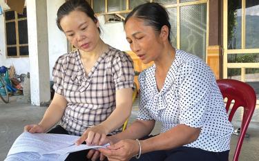 Bí thư Chi bộ An Sơn Hà Thị Giang (bên trái) trao đổi công việc với Tổ trưởng Tổ tự quản 2 Phạm Thị Vân.