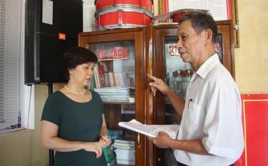 """Tủ sách Khuyến học tại nhà văn hóa tổ 2, phường Tân An góp phần cung cấp kiến thức cho nhân dân cũng như thực hiện hiệu quả mô hình """"Khuyến học gắn với xây dựng nếp sống văn minh đô thị""""."""