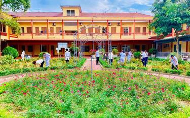 Cán bộ, nhân viên Trung tâm Y tế huyện Văn Yên chăm sóc vườn hoa, tạo cảnh quan môi trường y tế xanh, sạch, đẹp, đảm bảo vệ sinh môi trường.