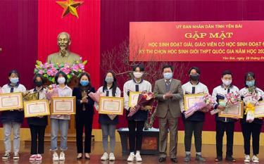 Đồng chí Vũ Thị Hiền Hạnh - Phó Chủ tịch UBND tỉnh và đồng chí Vương Văn Bằng - Giám đốc Sở GD&ĐT khen thưởng học sinh có thành tích xuất sắc tại kỳ thi chọn học sinh giỏi quốc gia năm học 2020 - 2021.