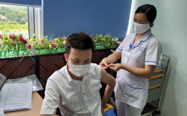 Tiêm vắc xin Covid-19 cho người dân tại điểm tiêm Bệnh viện Sản-Nhi Yên Bái. (Ảnh minh họa: Minh Huyền)