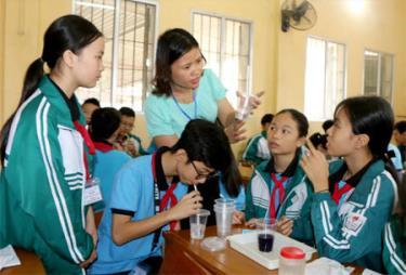 Giờ thực hành môn Hóa của cô và trò Trường THCS thị trấn Yên Bình. (Ảnh: Thanh Chi)