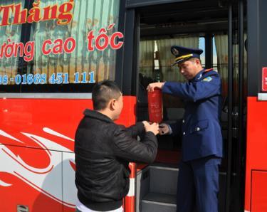 Lực lượng thanh tra giao thông kiểm tra các phương tiện vận tải hành khách tại Bến xe khách Yên Bái. (Ảnh chụp trước ngày 27/4/2021)