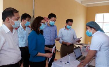 Lãnh đạo Sở Y tế, huyện Yên Bình kiểm tra công tác tiêm chủng vắc xin phòng COVID-19 tại Trung tâm Y tế huyện Yên Bình đợt 1.