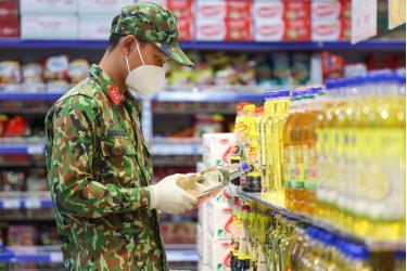 """Hình ảnh các chiến sĩ bộ đội hỗ trợ người dân ở tâm dịch TP Hồ Chí Minh mua thực phẩm trong những ngày """"ai ở đâu ở yên đó"""" (Ảnh: VTV)"""