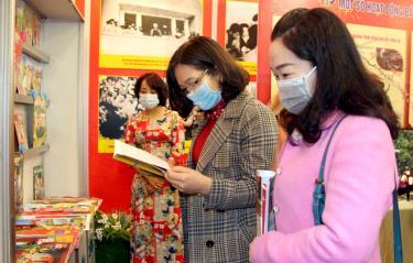 Độc giả tham quan các gian trưng bày tại Hội báo xuân Tân Sửu 2021.