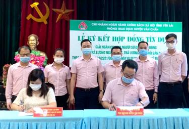 Bankers at the Bank for Social Policies Transaction Office in Van Chan district disburse loans to support businesses.
