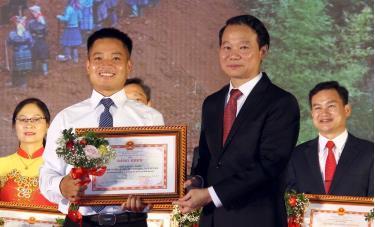 Đồng chí Sùng Thành Công - Chủ tịch UBND xã Chế Cu Nha đại diện chính quyền, nhân dân xã nhận Bằng khen của Bằng khen của Chủ tich UBND tỉnh vì có thành tích xuất sắc trong phong trào thi đua yêu nước năm 2019.