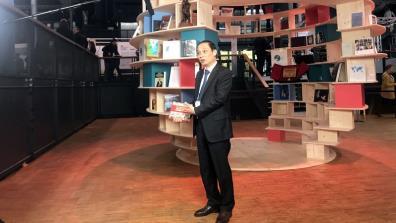 Thứ trưởng Bộ Ngoại giao Lê Hoài Trung giới thiệu cuốn sách Tình cảm của nhân dân thế giới dành cho Chủ tịch Hồ Chí Minh.