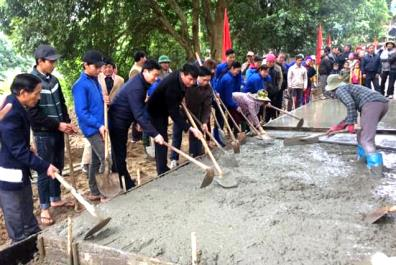 Cùng với sự đầu tư của Nhà nước, người dân xã Lâm Giang tích cực tham gia làm đường giao thông.