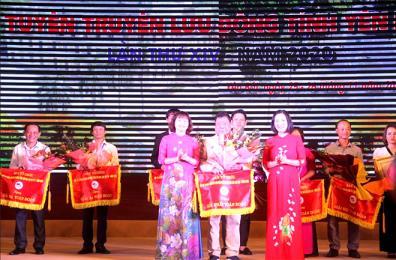 Đồng chí Hoàng Thị Thanh Bình – Phó Chủ tịch HĐND tỉnh trao Giải Nhất toàn đoàn cho đội tuyên truyền lưu động huyện Lục Yên tại Hội thi Tuyên truyền lưu động tỉnh Yên Bái lần thứ XIV, năm 2020.