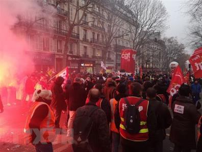 Hàng nghìn người tham gia bãi công phản đối cải cách hưu trí của chính phủ tại thủ đô Paris, Pháp, ngày 5/12.