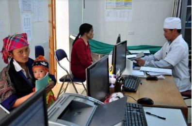 Cán bộ Trung tâm Y tế huyện Mù Cang Chải đón tiếp người dân đến khám bệnh.