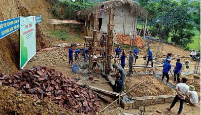 Đoàn viên thanh niên huyện Yên Bình giúp đỡ các hộ nghèo khởi công xây dựng nhà tình nghĩa.