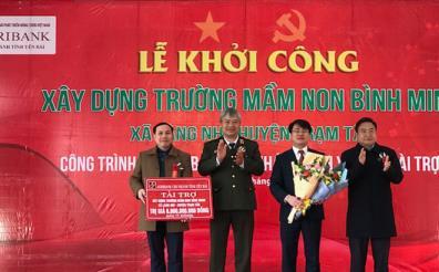 Lãnh đạo Agribank Chi nhánh tỉnh Yên Bái (thứ 2 bên phải sang) trao số tiền 6 tỷ đồng để xây dựng Trường Mầm non Bình Minh.