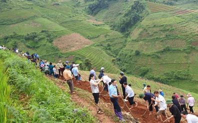 Cán bộ công chức, viên chức các cơ quan, đơn vị huyện Mù Cang Chải cùng nhân dân khai hoang ruộng nước.