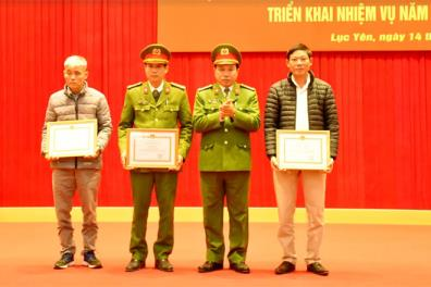 """Lãnh đạo Công an tỉnh tặng giấy khen cho các cá nhân và tập thể của huyện Lục Yên có thành tích xuất sắc trong Phong trào """"Toàn dân bảo vệ an ninh Tổ quốc"""" năm 2020."""