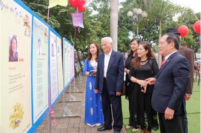 Các đại biểu tham quan triển lãm tranh thơ tại Ngày thơ Việt Nam lần thứ XVIII, Nguyên tiêu Tân Sửu 2021. (Ảnh: Tuấn Vũ)