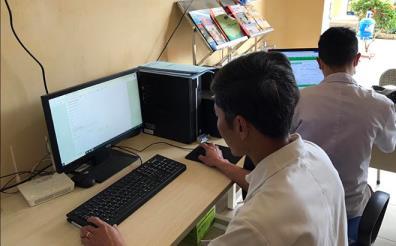 Cán bộ y tế cơ sở rà soát, kiểm tra hồ sơ điện tử quản lý sức khỏe để phục vụ tốt hơn việc chẩn đoán và điều trị cho bệnh nhân.
