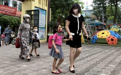 Parents make their children wear face masks when going to kindergartens