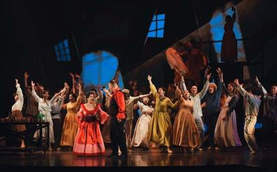Các nghệ sĩ của Nhà hát Nhạc vũ kịch Việt Nam tập luyện cho vở