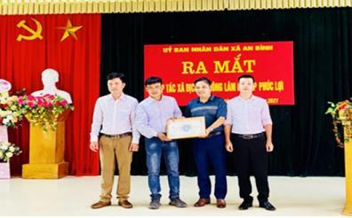 Ông Phạm Ngọc Hữu- Phó Chủ tịch Liên minh HTX tỉnh trao Giấy chứng nhận thành viên Liên minh HTX Việt Nam tỉnh Yên Bái cho HTX Dịch vụ nông lâm nghiệp Phúc Lợi.