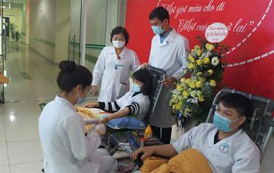 Staff and doctors of Yen Bai General Hospital join a voluntary blood donation event.