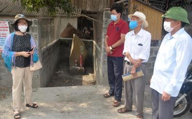 Một số hội viên Chi hội Bảo tồn tri thức bản địa dân tộc thiểu số Việt Nam là người dân tộc Thái ở Mường Lò trao đổi bên di tích hai tảng đá lớn tại đầu đường từ quốc lộ 32 đi xuống thôn Bản Vãn và thôn Ao Luông.