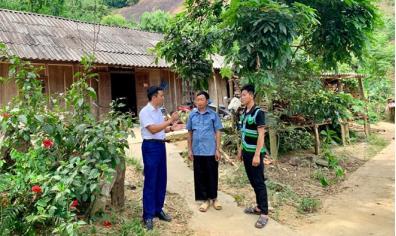 Là người có uy tín trong cộng đồng, ông Sổng A Di (giữa) luôn gương mẫu đi đầu trong việc chỉnh trang nhà cửa, thay đổi tập quán sinh hoạt.