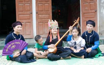 "Hoang Thi Quan teaches ""Then"" to her descendants."