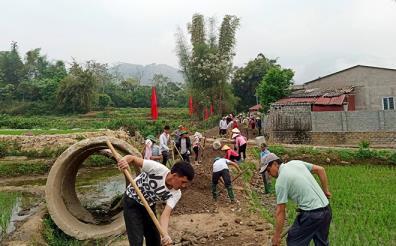 Residents in Tu Le commune build rural roads.