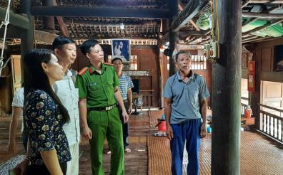 Giữa tháng 7, các lực lượng chức năng huyện Lục Yên tuyên truyền nhắc nhở người dân thay thế thiết bị điện xuống cấp không đảm bảo an toàn.