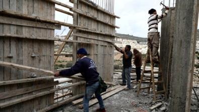 Công nhân Palestine làm việc tại một công trường ở khu Bờ Tây.