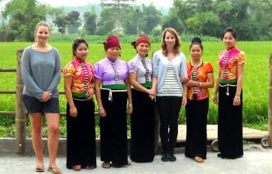 Khách du lịch tìm hiểu trang phục của người Thái.