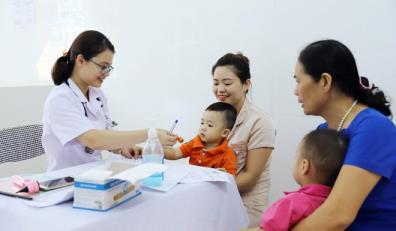 Khám, tư vấn cho các bệnh nhi tại Bệnh viện Nhi trung ương.