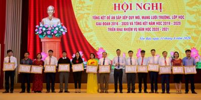 Vice Chairman of Yen Bai province People's Committee Duong Van Tien presented certificates of merit to collectives with outstanding performance in the implementation of the project in kindergartens and general schools in the 2016-20 period.