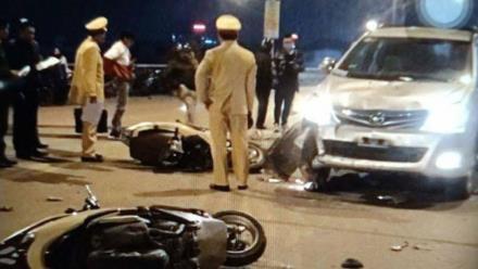 Ô tô bán tải tông liên tiếp 2 xe máy trên QL14, 2 người bị thương nặng