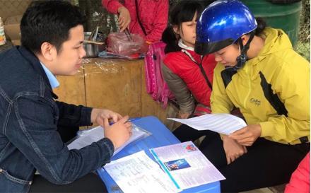 Cán bộ Bảo hiểm xã hội huyện Lục Yên tuyên truyền, vận động người dân tham gia bảo hiểm xã hội tự nguyện.