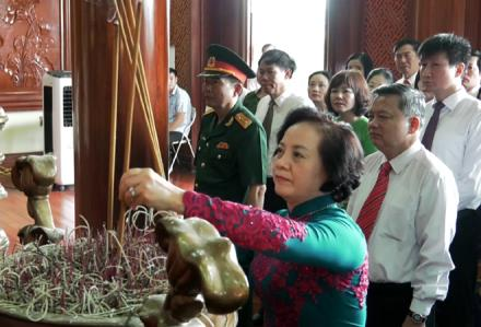 Secretary of the provincial Party Committee and Chairwoman of the provincial People's Council Pham Thi Thanh Tra and delegates offer incense in tribute to President Ho Chi Minh at the national historical site of the Yen Bai city stadium.