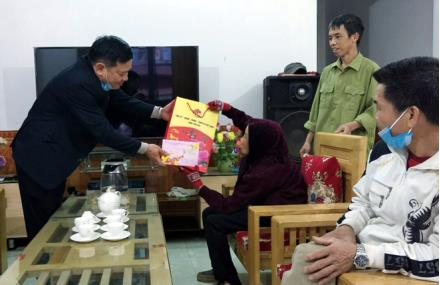 Leaders of Chau Que Thuong commune presented gifts to a social policy beneficiary on the occasion of the 2021 Lunar New Year Festival.