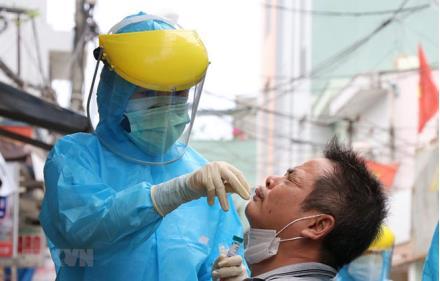 Cán bộ y tế lấy mẫu xét nghiệm cho người dân.