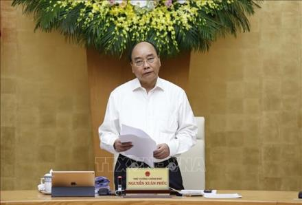 Prime Minister Nguyen Xuan Phuc speaks at the meeting.