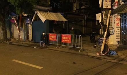Lực lượng chức năng các ly y tế toàn bộ ngõ 651 Minh Khai đêm 1/8.