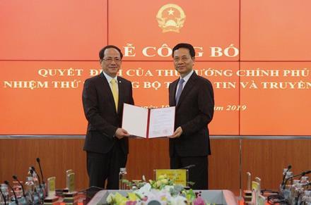 Thừa ủy quyền của Thủ tướng, Bộ trưởng Bộ TT-TT Nguyễn Mạnh Hùng đã trao Quyết định bổ nhiệm Thứ trưởng Bộ TT-TT cho đồng chí Phạm Anh Tuấn.