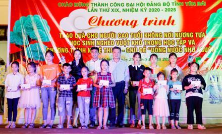 Lãnh đạo Hội Liên hiệp Văn học Nghệ thuật tỉnh trao quà cho các em nhỏ xã Tân Hương nhân dịp tết Trung thu.